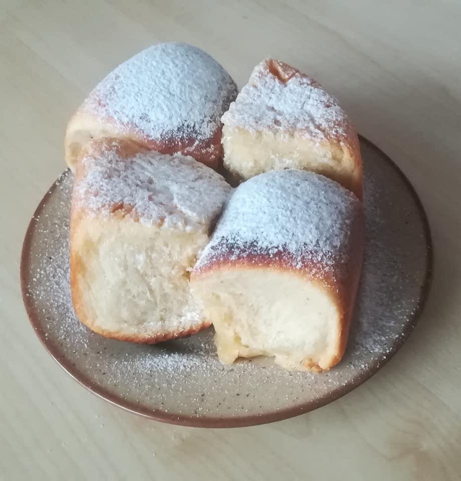 Kynuté pekáčové buchty s tvarohem a rozinkami